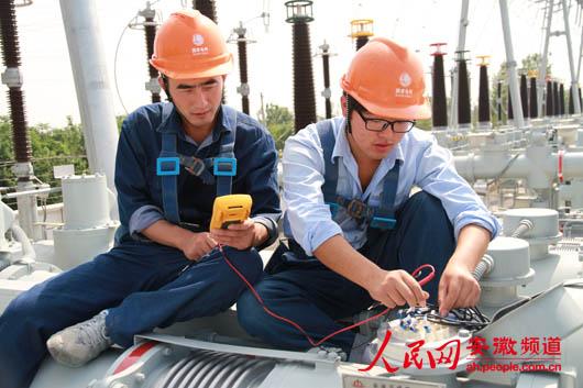 电力工人坚守一线度国庆
