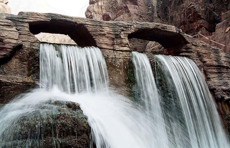 云台山瀑布坐落在云台山风景区老潭沟的尽端.瀑布上