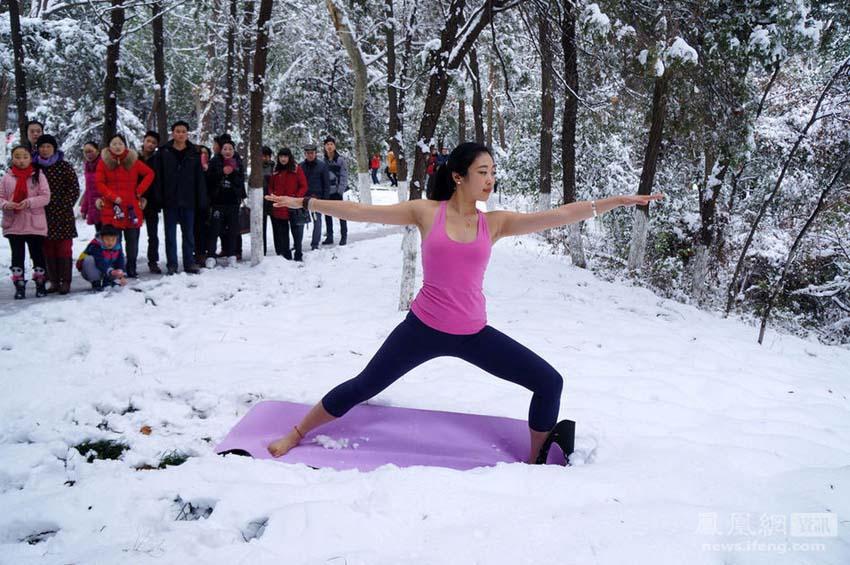 高清:安徽淮北女子雪地练瑜伽 中国日报网