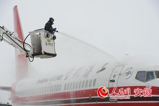 特别是6日晚上,北京航班到达阜阳机场时正值暴雪,机场场务部门18:00