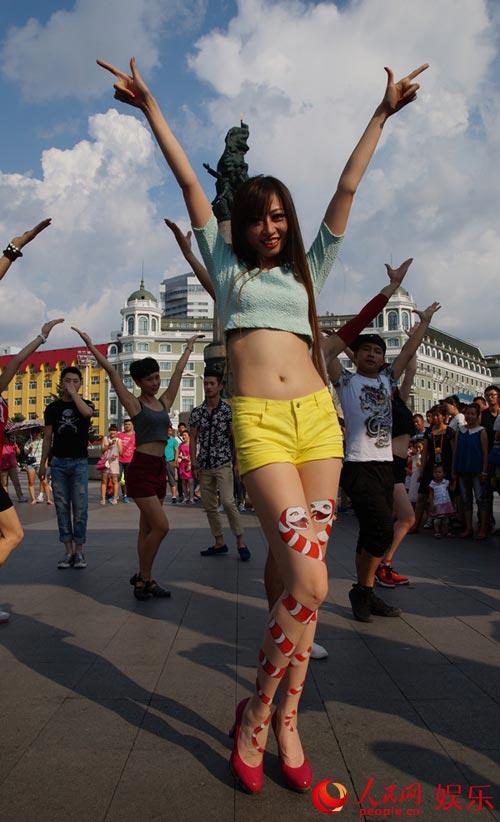 卫薇儿长腿美女版《小苹果》街头大热 引路人