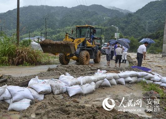 绝大部分工作人员安全撤出,洪水很快漫过景区过水路面,黄龙岛服务区