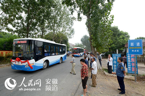 地居民纷纷赶到公交站迎接公交车的到来-youda公交出行 助力城乡一