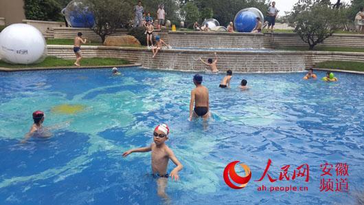 世界游泳冠军杨雨做客合肥华润 对游泳爱好者