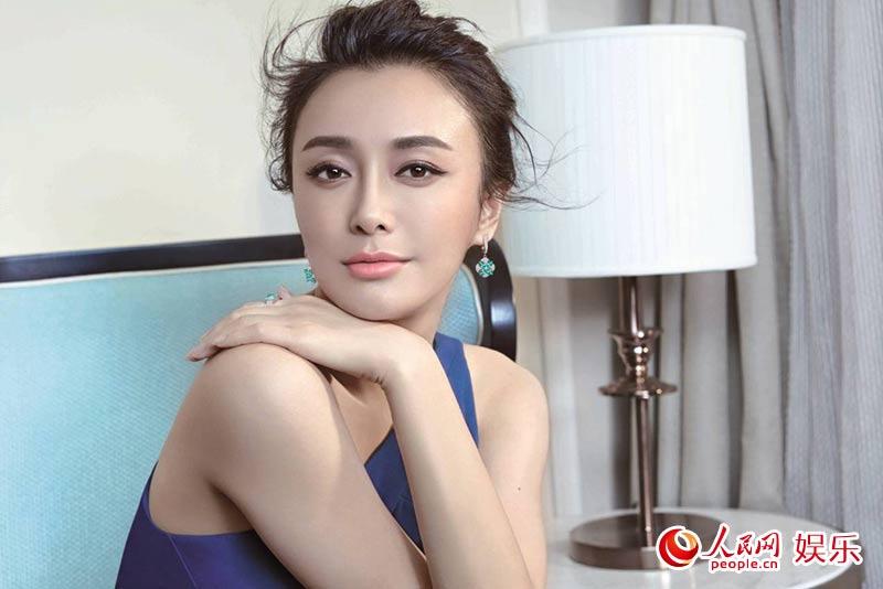 秦岚展现成熟女人魅力 红唇性感香肩迷人