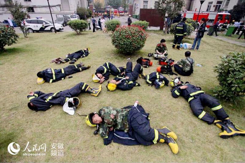 【合肥警察故事】奋战45个小时消防官兵草地