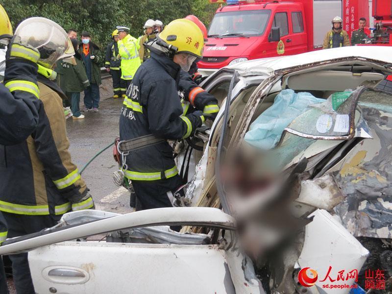 济南发生惨烈车祸 车上怀孕女子胎儿被挤出死亡