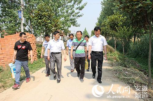 临泉县副县长常利华等一在问郭沟村特困户途