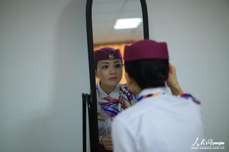 铁头妹妹- 7月8日,图为成都铁路局重庆客运段动车一队礼仪老师进行妆容示范