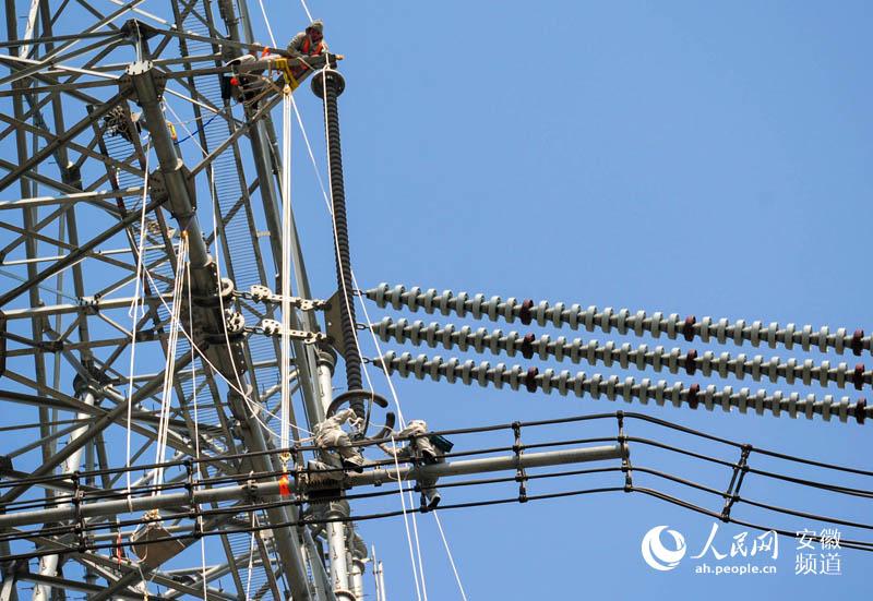 高空带电作业,成功为1000千伏淮上线特高压输电塔