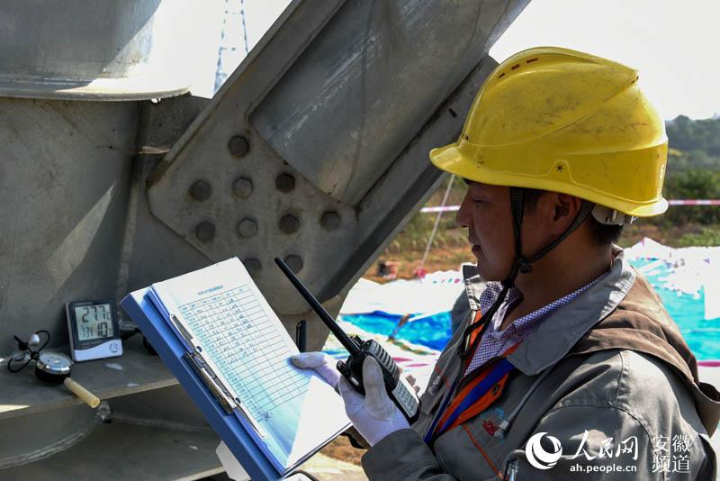 成功为1000千伏淮上线特高压输电塔更换耐张跳线合成绝缘子.