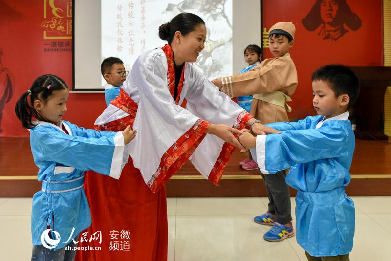老师正在向孩子们教授正确的行礼姿势