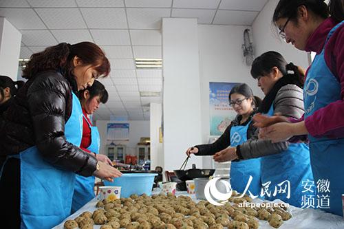 合肥经开区芙蓉社区:志愿者陪孤寡老人欢乐过