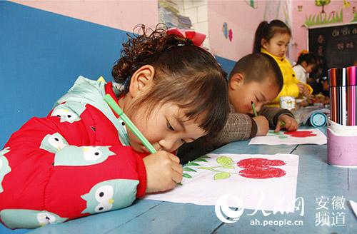 幼儿园的小朋友在老师的指导下,自己动手制作贺卡,作为送给妈妈的节日