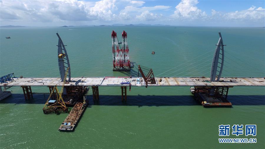 港珠澳大桥主体桥梁成功合龙