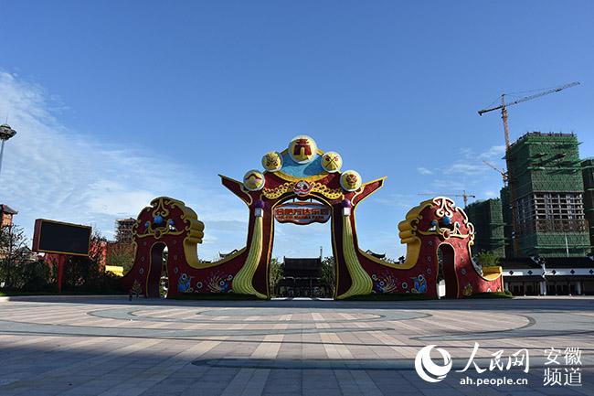 合肥万达城主题乐园大门,是京剧脸谱造型.