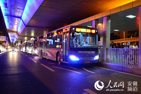 L3路升级为快3线 岛式站台内免费换乘 鉴于合肥市阜阳路公交专用道极大地改善了途经公交车辆的运行环境,公交车辆运行更加安全、快捷、高效,行驶速度将有明显提高。据此,合肥公交集团自8月13日起,将L3路公交线升级改造为快速公交3号线(简称K3),并实施岛式站台内免费换乘不同线路公交车辆,有效节省乘客乘车费用,尽可能让利于民,提高公交出行吸引力、分担率,为缓解我市道路拥堵作贡献。 阜阳路路中公交岛式站台实行免费换乘方式,乘客只需在首次进站时一次刷卡或投币,即可在10座岛式站台内部免费换乘停靠本站的4路