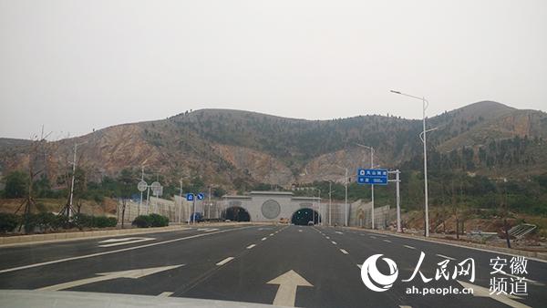 体现简约大气的建筑特点,内部采用左右双线分离,双向八车道的标准设计