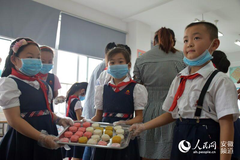 合肥市庐阳区:小学生手工课上做年级月饼献给小学三爱心拼音图片
