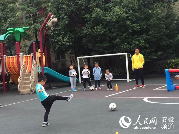 幼儿园里来了专业的足球教练