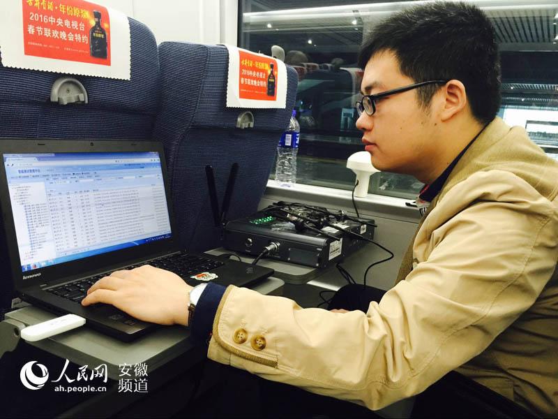 """【首届""""映像・电信""""图片评选活动优秀奖】:高铁上进行信号测试优化"""
