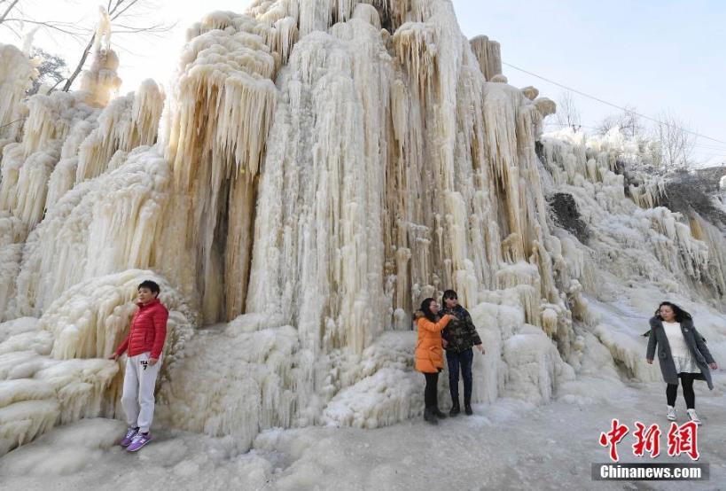 太原村民自制冰瀑布景观