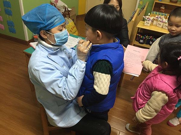 人民网讯 口腔健康是全身健康的基础,龋齿是危害儿童健康的常见疾病。为了更好的促进儿童正常的牙齿发育,2月22日上午,庐阳区牙病防治所的医务人员来到合肥市长江路幼儿园,有序组织幼儿轮流进行涂氟工作。 据了解,为了涂氟工作的顺利开展,幼儿园教师事先向家长宣传了牙齿涂氟的相关知识及注意事项,发放了《家长知情同意书》。本着家长自愿的原则,为同意涂氟的幼儿免费提供专业的局部用氟服务。 此次工作的顺利开展让家长、教师以及幼儿意识到保护牙齿的重要性,为培养幼儿良好的卫生习惯打下了基础。(张晓月 张芬)