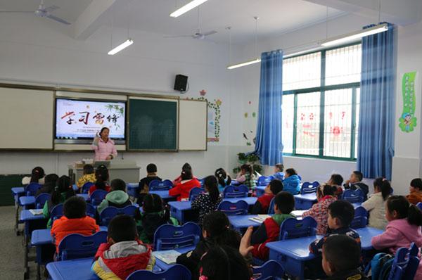 学校还通过观看雷锋电影,校内展板宣传等形式,让学生在耳濡目染中受
