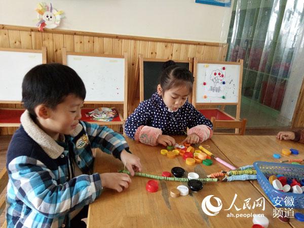 人民网讯 绘画,是使儿童身心得到全面发展的一种艺术表现形式,也是培养儿童创造能力和高尚情操的重要手段。为培养幼儿的艺术兴趣,提高幼儿的绘画能力,发展幼儿自主运用多种方式表现美、展示美的能力,4月5日上午,合肥荣城幼儿园大三班开展了自由绘画,放飞童心的美工活动室绘画活动。  为了保证活动的顺利开展,老师为孩子们准备了水粉颜料、各色记号笔、彩色纸绳、彩带、瓶盖等材料,让孩子围绕枯旧的树枝,根据自己的想象自由绘画和拼接。活动开始后,孩子们有的用颜料在树枝上自由涂鸦,有的用彩绳将树枝进行装饰,有的将树枝与瓶盖