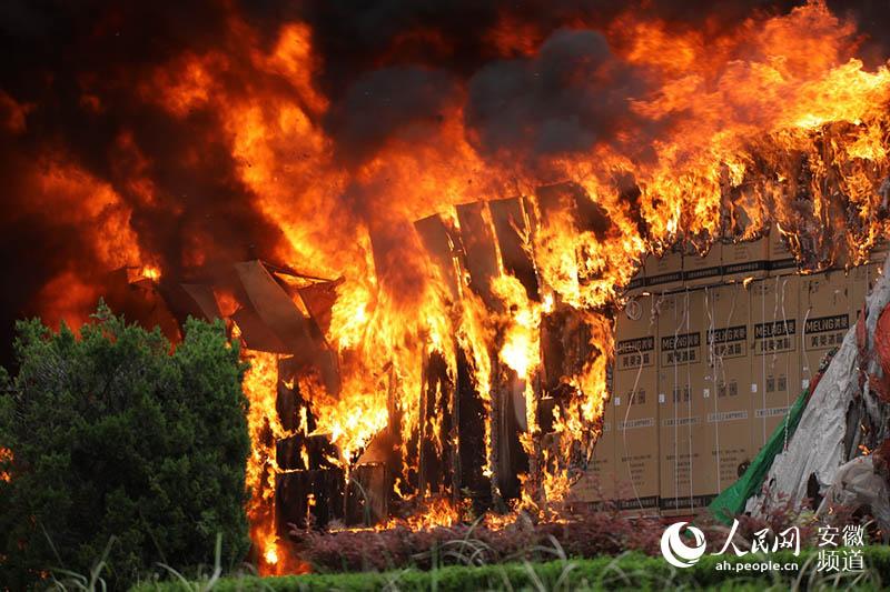 人民网合肥5月1日电(汪瑞华 刘雪松)今天下午两点多,在合肥市大创路与双水路交口,一辆载有几十台冰箱的大货车突然起火,火势迅猛。 接到报警后消防官兵迅速赶到现场,并于三点左右控制了明火。截至记者发稿前,现场基本处理完毕。该火造成了大创路由北到南道路拥堵,消防部门提醒过往车辆小心避让。