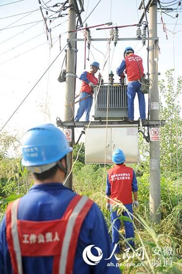 马鞍山和县:电力职工战酷暑保供电