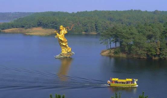 岱山湖简介: 与浩瀚的巢湖相比,岱山湖如江南村女般的纯美娇秀。 岱山湖位于肥东县境内,离合肥约50余公里,从市内乘车约一个小时即可到达。湖面7500亩,相当于杭州西湖的面积。岱山湖原为解放后当地乡民修建的一座水库,因离城较远,四周全为乡村田野,至今未遭任何污染,给人以清纯自然的亲切感。 立于岸边,放眼望去,只见万亩湖面清波荡漾,四周群峰丘坡叠翠。湖面东部开阔,西部曲折蜿蜒,并天然形成众多的港汊。