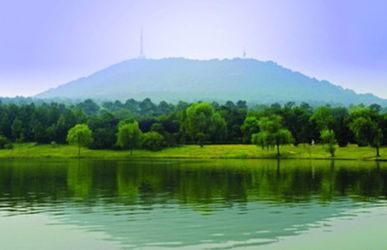 蜀山风景区已是人们凭吊先烈,游览观赏,闲暇休憩的场所.