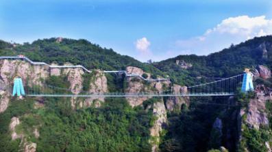 """马仁奇峰飞龙玻璃桥通过""""国检"""" 124块玻璃累计载重10万斤"""