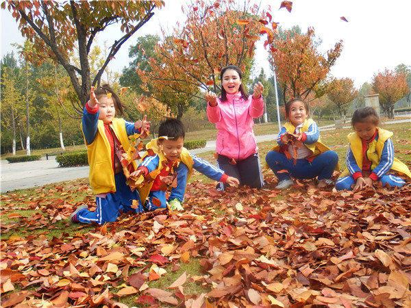 11月3日,合肥市荣城幼儿园有计划的组织了一次亲近自然 寻觅秋天主题秋游活动,带领孩子们前往滨湖塘西河公园,领略秋色的优美。 这也是小班孩子们第一次的集体外出活动。孩子们一路上唧唧喳喳就像是一群快乐的小鸟,感受着秋天带来的那份特别情愫,车厢里充斥着欢声笑语。刚一踏进塘西公园的大门,中大班的孩子们就被造型别致的合肥鸟巢所吸引,孩子们像放飞的小鸟,满树的黄叶,宽阔的草坪,他们笑着、跑着、跳着,掩饰不住内心的激动与喜悦,他们有的弯腰捡起地上的落叶,尽情地感受着秋天的多姿多彩。  活动中,老师们为孩子们准