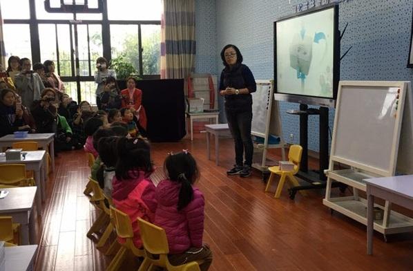 教育的奥秘在于如何爱护儿童。为深挖游戏奥秘,倾心打造市委幼教集团高品质的办园特色,让每一位幼儿成为闪亮之星。合肥市委幼教集团七位教师参加全国幼儿园自主性区域环境创设与材料投放策略为期两天的幼儿园实地观摩活动。 活动中,七位教师分别前行上海市浦南幼教集团靖海之星幼儿园、上海市浦东新区东方幼儿园和上海市浦东新区蒲公英幼儿园进行观摩,各位参训教师走进园内,分别就各园办园经验、办园特色及办园理念进行了解,其中,靖海之星幼儿园的童谣;东方幼儿园的幼儿全面发展研究;蒲公英幼儿园的自然科学,优质的办
