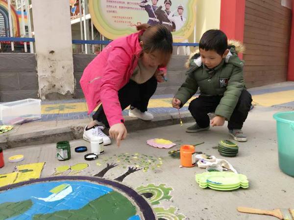 2017年12月27日,合肥市榮城幼兒園團支部在園內發起環保志願活動,青年團員積極參加、集思廣益,走進社區開展了一次創意井蓋畫活動。  中午12點半,團員教師走出幼兒園,小區裡靜悄悄,利用中午休息時間,開始了一場富有藝術氣息的志願者活動,大家都發揮自己的聰明才智,彩繪出了各種各樣的環保圖案,有保護地球、可愛的小青蛙、低碳之路等。此次活動做了充分的前期准備,大家積極搜索素材,然后進行社區井蓋勘察,選出適宜彩繪井蓋,然后深思熟慮確定了井蓋為環保主題。  在活動進行到一半時,社區的居民紛紛圍觀夸贊,哇!好