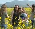 芜湖:以花为媒 盛迎宾朋        近日,在安徽芜湖响水涧村,一场民俗文化音乐节伴随着万亩油菜花的盛开,吸引了四海宾客。