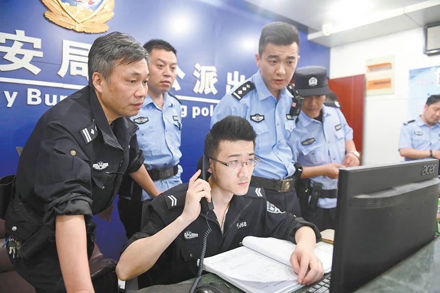 4月29日0时9分,合肥市公安局包公派出所20多名民警在岗值守,随时接警处警,确保节日期间辖区平安。 温沁 摄