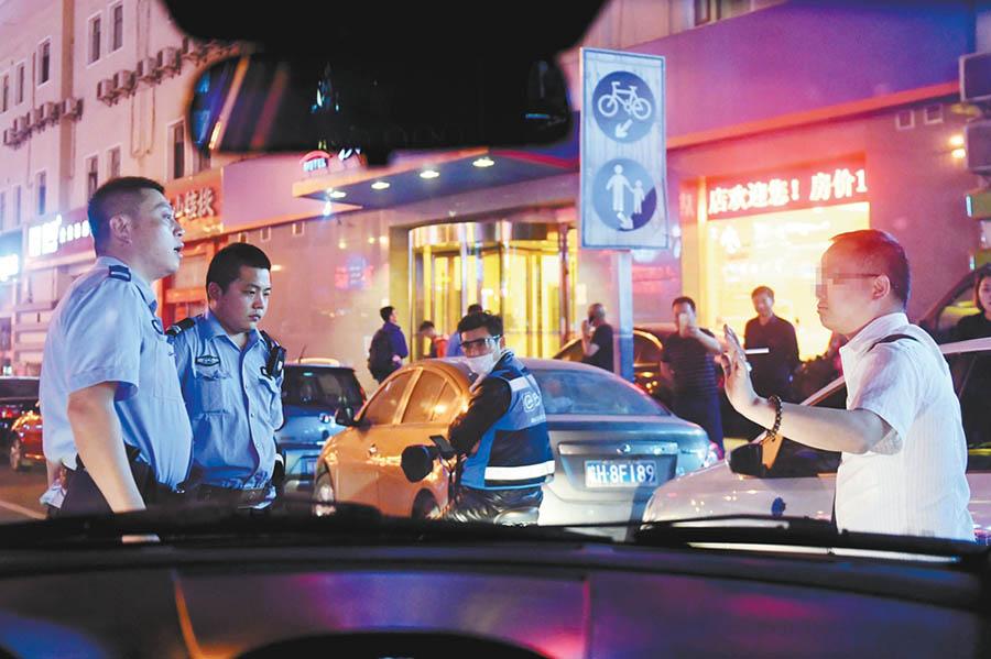 4月28日23时35分,合肥市公安局包公派出所民警在辖区内处置一起醉酒闹事警情。 温沁 摄