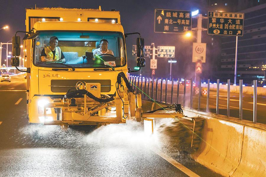 4月29日0时15分,合肥市包河大道高架,工作人员正对高架桥挡墙进行清洁。 范柏文 摄