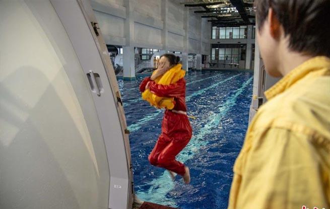 探访亚洲最大模拟飞行训练基地 日均千余人受训