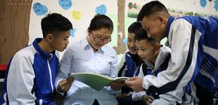 """[十年]微视频故事:十年之后,家园安康        2008年5月12日的汶川特大地震, 让11岁的赵林失去了父母。他和姐姐来到了""""安康家园""""。为紧急救助灾难中的孩子们,中国儿童少年基金会和日照钢铁集团共同发起设立""""安康家园""""项目。"""