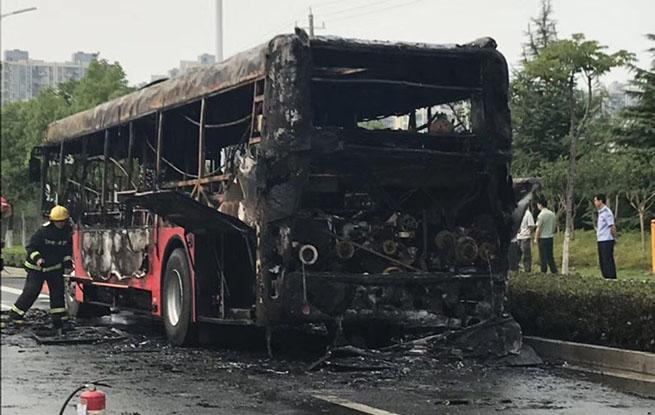芜湖一公交车自燃