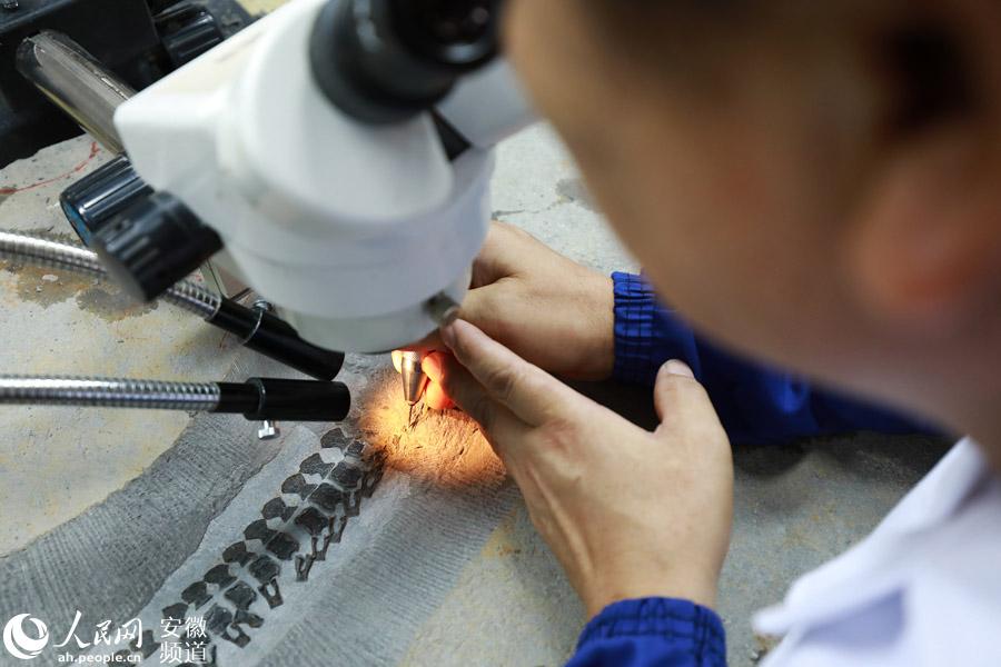 鱼龙化石的修复需要修复师长时间伏案工作