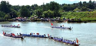 安徽庐江:万人争看龙舟赛