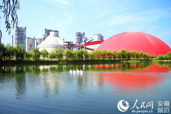 """单从厂区建设看,海螺水泥厂的""""花园式""""风格体现了企业对於绿色环保"""
