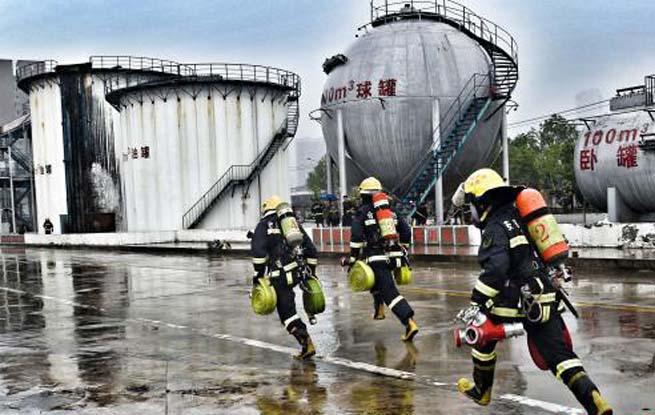 安徽合肥消防员们的雨中操法大比拼