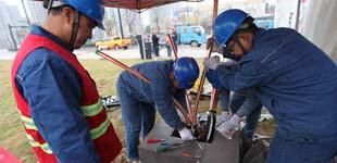 安徽涡阳:电力工人加班加点保供电