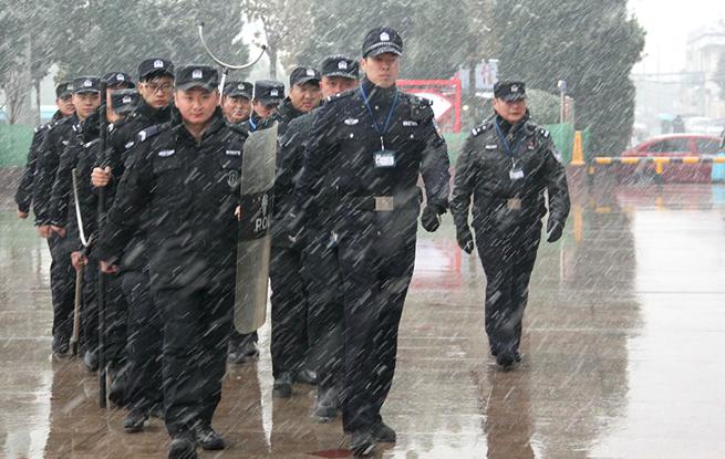 皖北迎入冬首场降雪 蚌埠铁警全力迎战